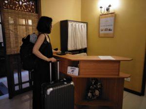 コロンボの中心で【重い】スーツケースお預かりします!